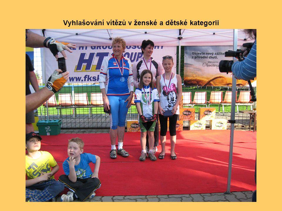 Významné cyklistické osobnosti (zleva) Jan Smolík a František Jursa v rozhovoru s hlavním pořadatelem Vladimírem Koudelkou