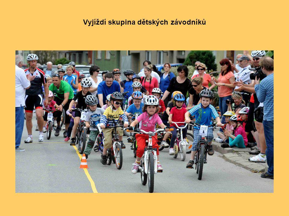 Řazení účastníků na start uprostřed nejstarší účastník, 80ti letý František Jursa, bývalý československý cyklista a později trenér, který vychoval mno