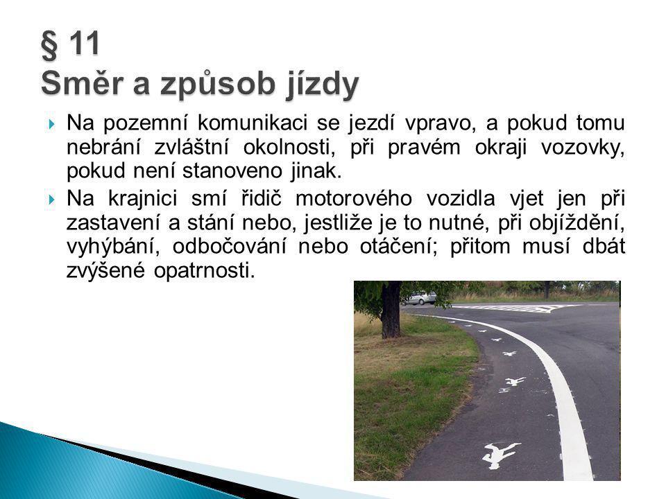  Na pozemní komunikaci se jezdí vpravo, a pokud tomu nebrání zvláštní okolnosti, při pravém okraji vozovky, pokud není stanoveno jinak.  Na krajnici