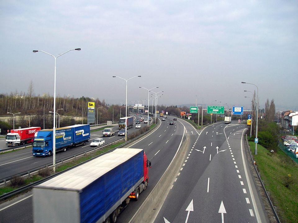  V obci na pozemní komunikaci o dvou nebo více jízdních pruzích vyznačených na vozovce v jednom směru jízdy smí řidič motorového vozidla užívat k jízdě kteréhokoliv jízdního pruhu;  přitom se nepovažuje za předjíždění, jedou-li vozidla v jednom z jízdních pruhů rychleji než vozidla v jiném jízdním pruhu.