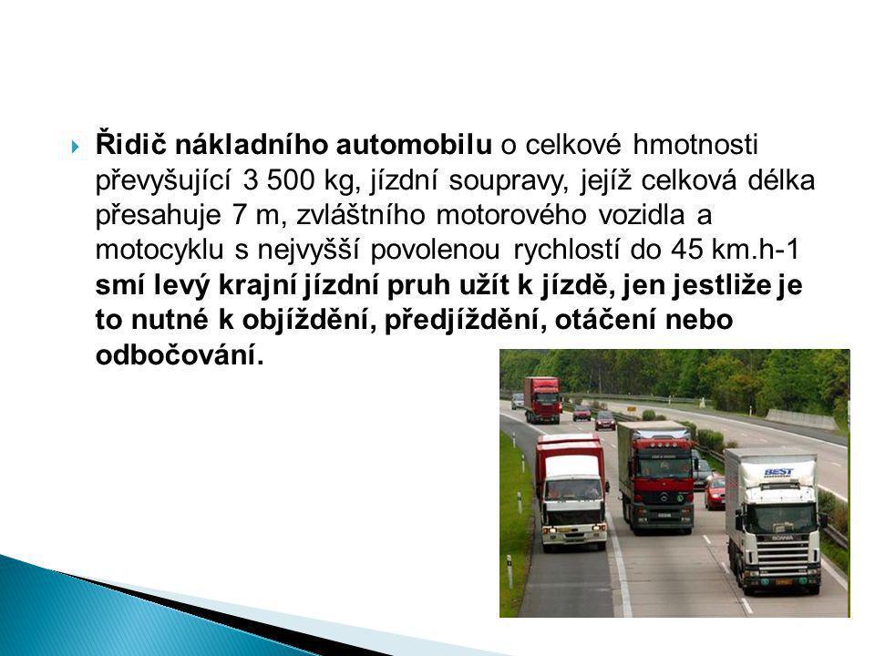  Jede-li vozidlo, pro které je vyhrazen jízdní pruh, ve vyhrazeném jízdním pruhu nebo tramvaj jinou rychlostí než ostatní vozidla jedoucí stejným směrem, nejde o vzájemné předjíždění.