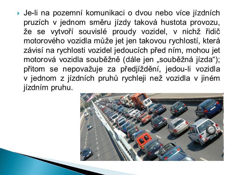  Je-li na pozemní komunikaci o dvou nebo více jízdních pruzích v jednom směru jízdy taková hustota provozu, že se vytvoří souvislé proudy vozidel, v
