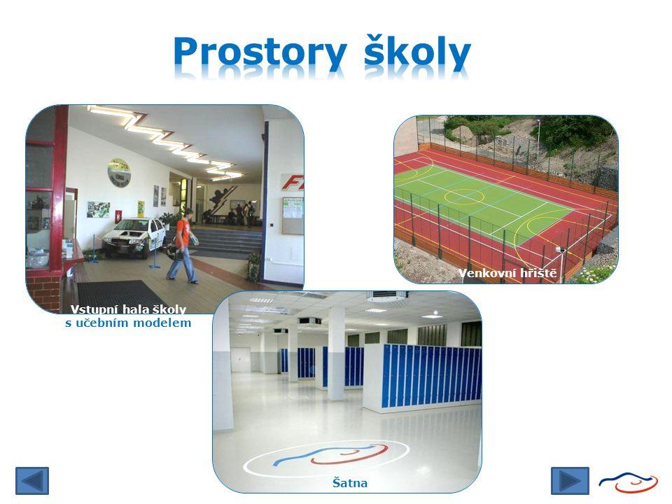 Vstupní hala školy s učebním modelem nová fasáda a Šatna Venkovní hřiště