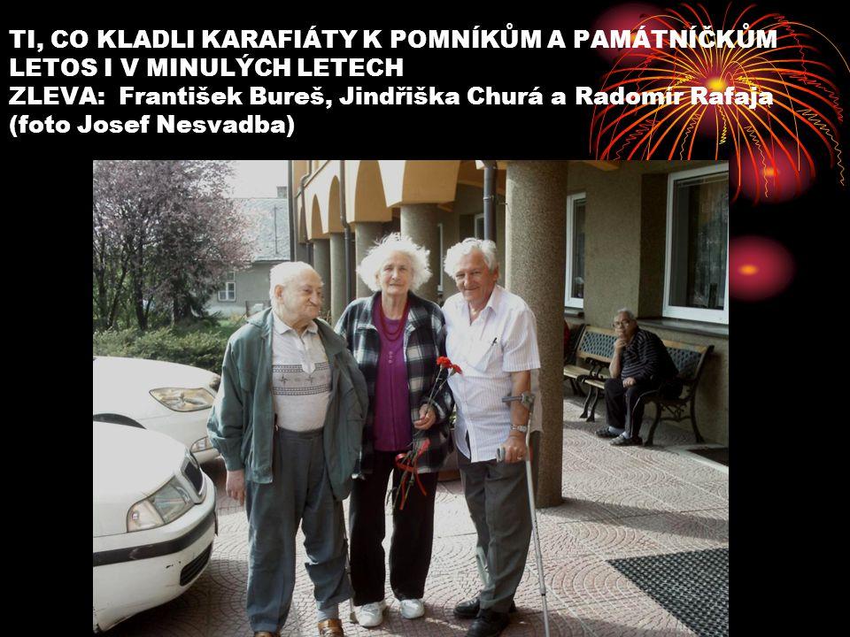 TI, CO KLADLI KARAFIÁTY K POMNÍKŮM A PAMÁTNÍČKŮM LETOS I V MINULÝCH LETECH ZLEVA: František Bureš, Jindřiška Churá a Radomír Rafaja (foto Josef Nesvad