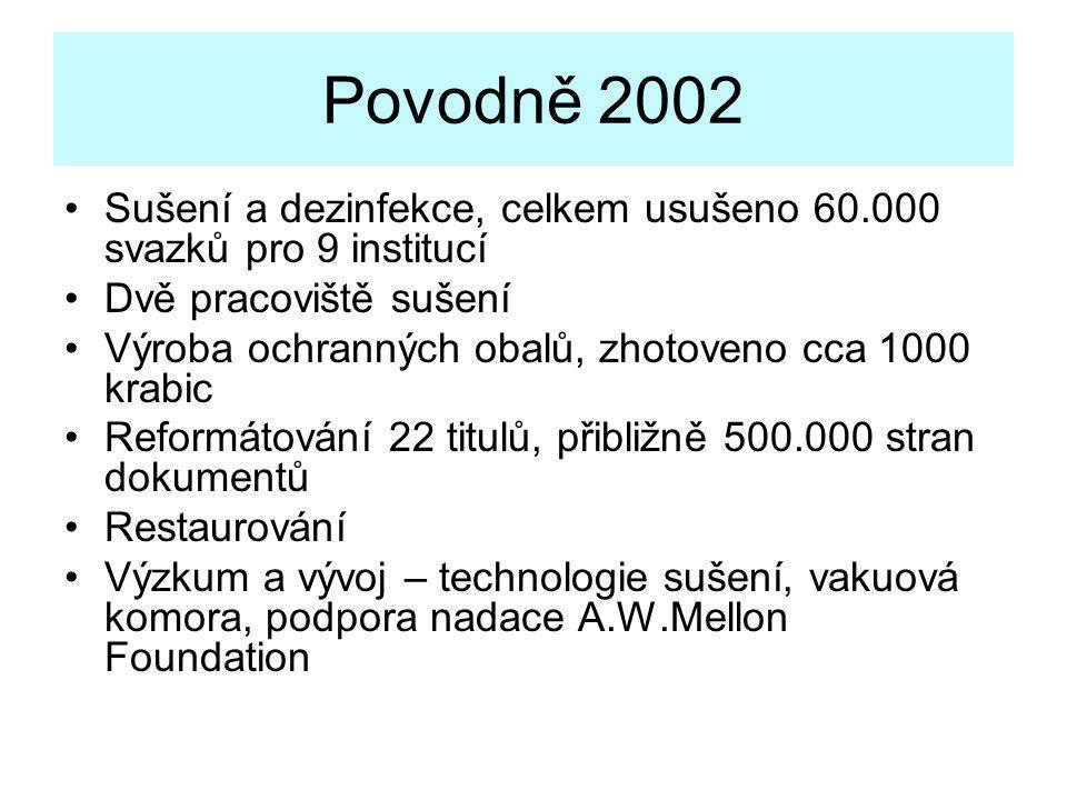 Povodně 2002 •Sušení a dezinfekce, celkem usušeno 60.000 svazků pro 9 institucí •Dvě pracoviště sušení •Výroba ochranných obalů, zhotoveno cca 1000 kr
