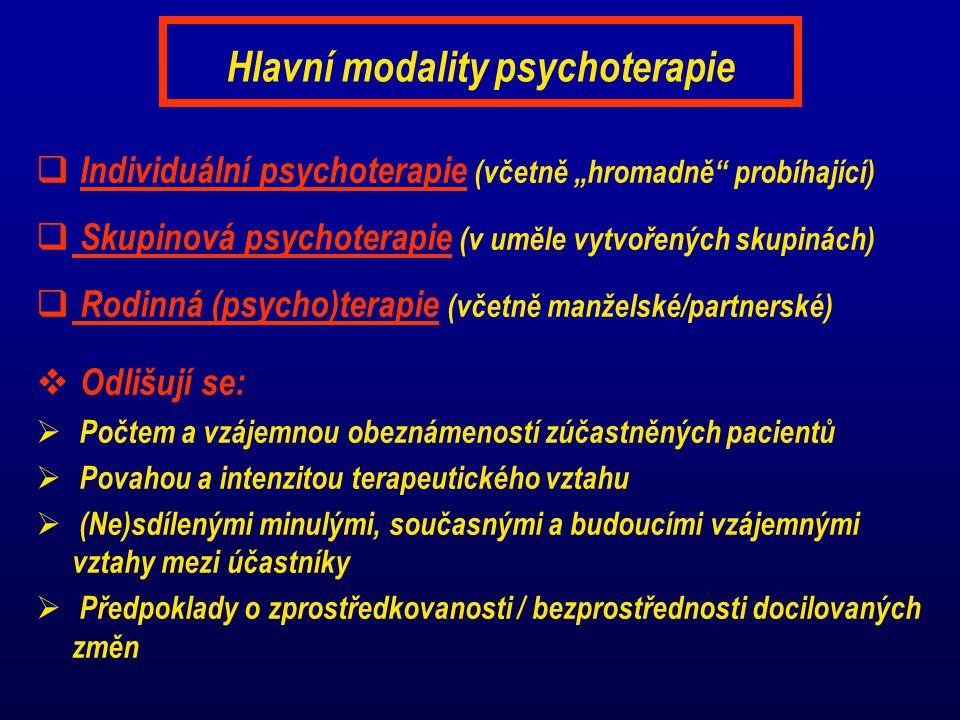 """Hlavní modality psychoterapie  Individuální psychoterapie (včetně """"hromadně probíhající)  Skupinová psychoterapie (v uměle vytvořených skupinách)  Rodinná (psycho)terapie (včetně manželské/partnerské)  Odlišují se:  Počtem a vzájemnou obeznámeností zúčastněných pacientů  Povahou a intenzitou terapeutického vztahu  (Ne)sdílenými minulými, současnými a budoucími vzájemnými vztahy mezi účastníky  Předpoklady o zprostředkovanosti / bezprostřednosti docilovaných změn"""