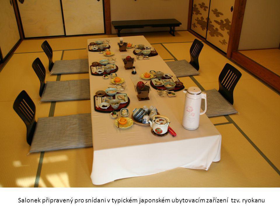 Salonek připravený pro snídani v typickém japonském ubytovacím zařízení tzv. ryokanu