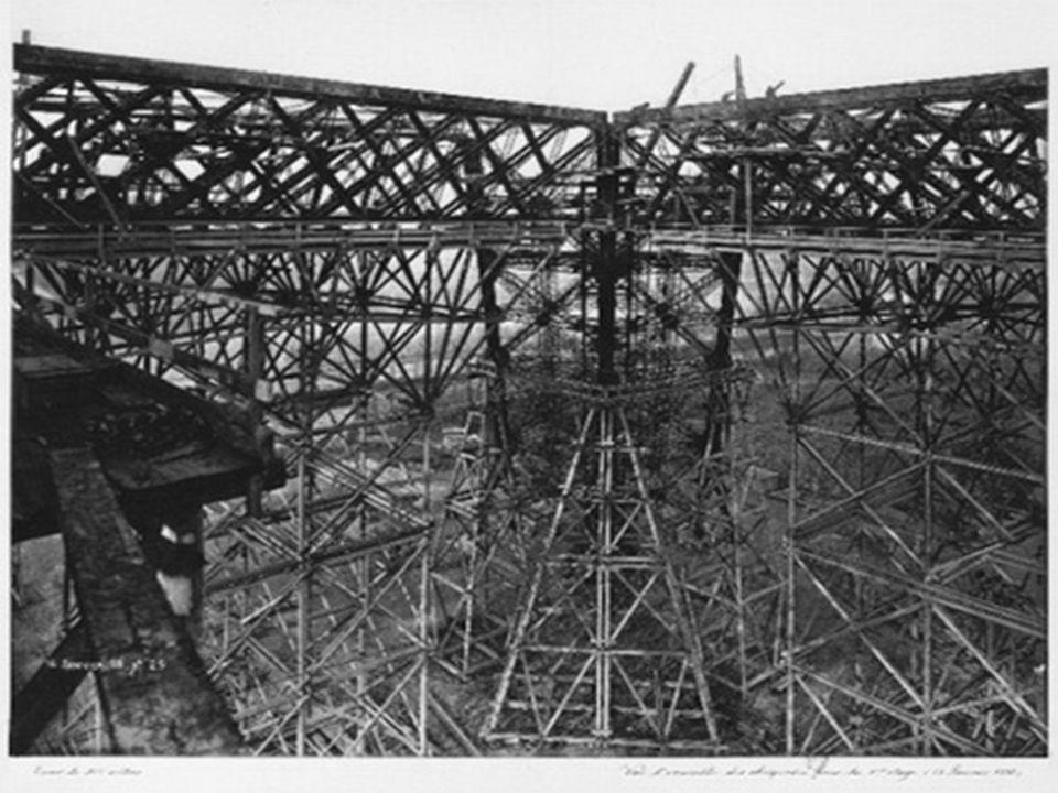 Věž má tři poschodí a z každého se vám otevírá celkový pohled na Paříž.