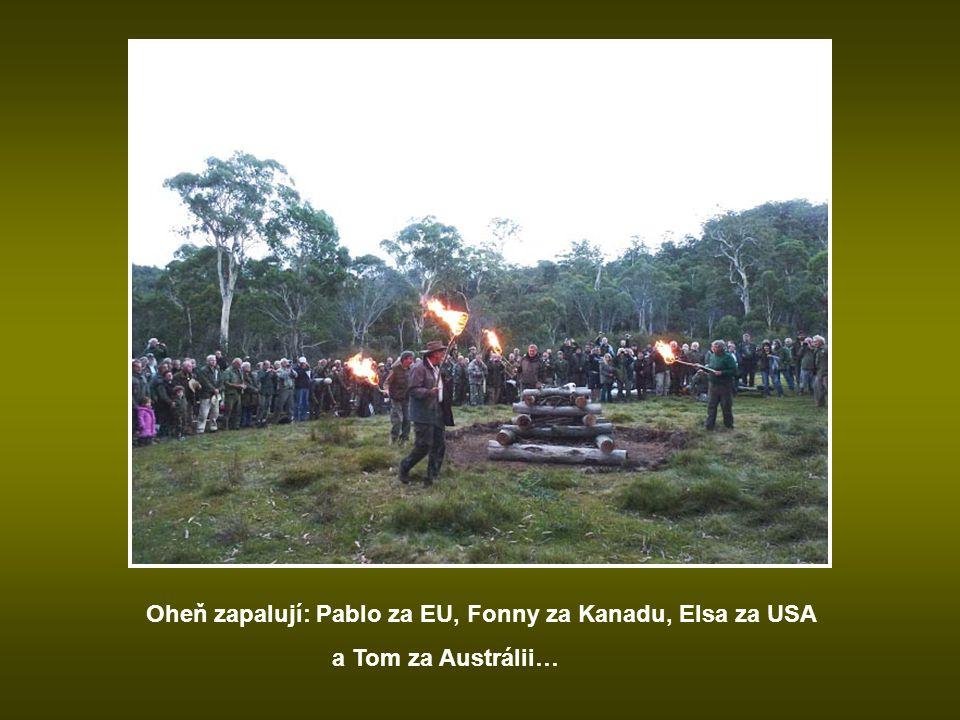 Pochodně jsou zapálené… Zpívá se Vlajka…