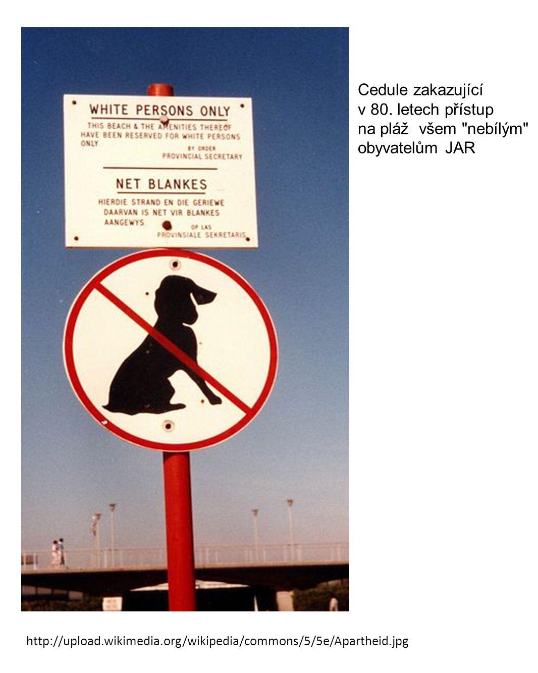 Cedule zakazující v 80. letech přístup na pláž všem