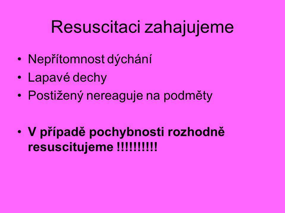 Resuscitaci zahajujeme •Nepřítomnost dýchání •Lapavé dechy •Postižený nereaguje na podměty •V případě pochybnosti rozhodně resuscitujeme !!!!!!!!!!