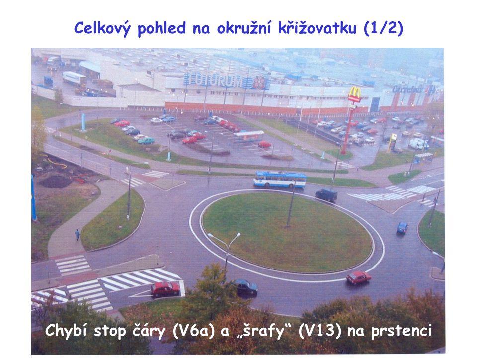 """Celkový pohled na okružní křižovatku (1/2) Chybí stop čáry (V6a) a """"šrafy"""" (V13) na prstenci"""