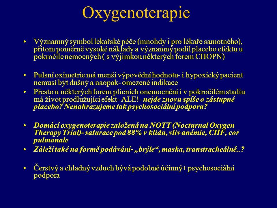 Oxygenoterapie •Významný symbol lékařské péče (mnohdy i pro lékaře samotného), přitom poměrně vysoké náklady a významný podíl placebo efektu u pokročile nemocných ( s výjimkou některých forem CHOPN) •Pulsní oximetrie má menší výpovědní hodnotu- i hypoxický pacient nemusí být dušný a naopak- omezené indikace •Přesto u některých forem plicních onemocnění i v pokročilém stadiu má život prodlužující efekt- ALE!- nejde znovu spíše o zástupné placebo.