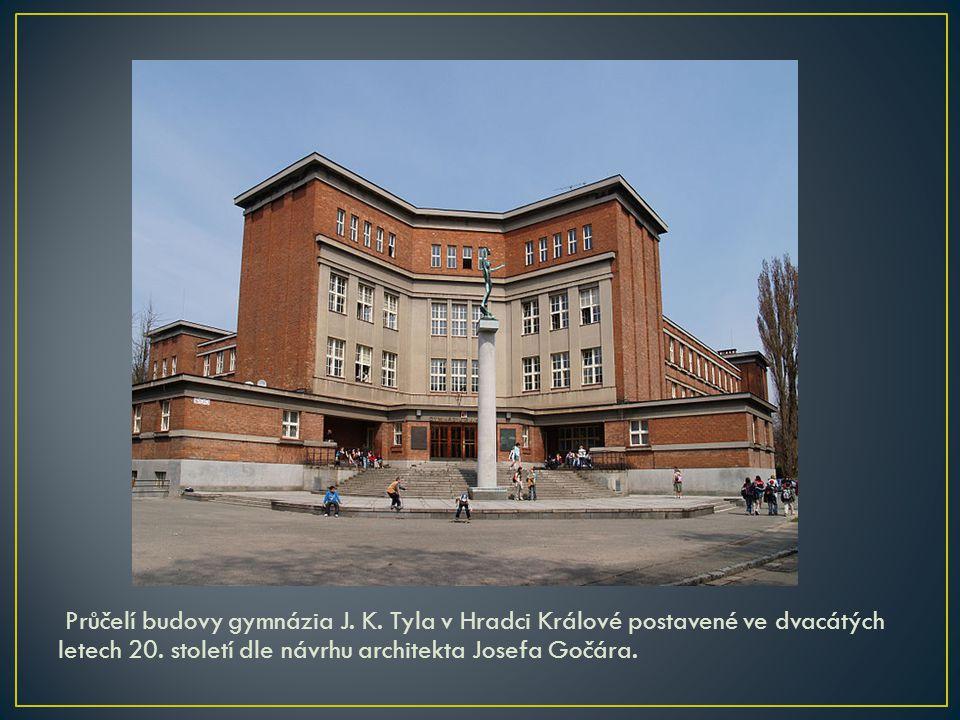 Průčelí budovy gymnázia J. K. Tyla v Hradci Králové postavené ve dvacátých letech 20. století dle návrhu architekta Josefa Gočára.