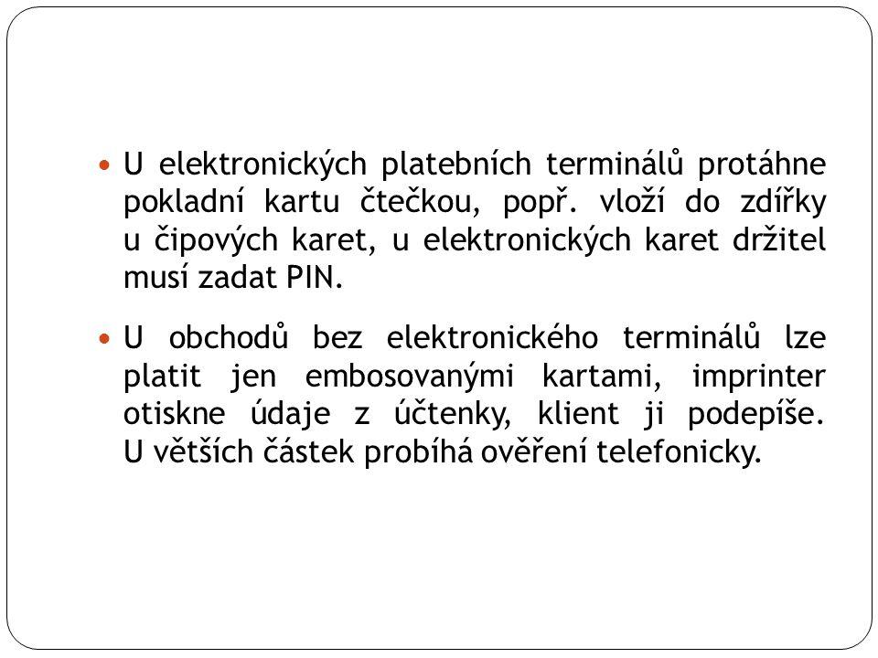  U elektronických platebních terminálů protáhne pokladní kartu čtečkou, popř.