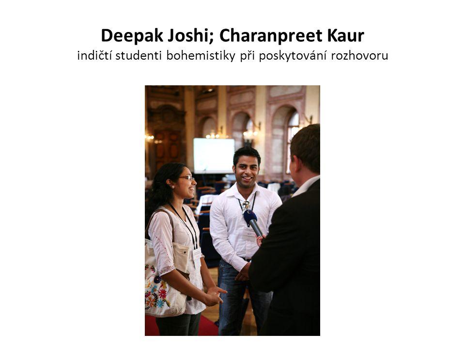 Deepak Joshi; Charanpreet Kaur indičtí studenti bohemistiky při poskytování rozhovoru