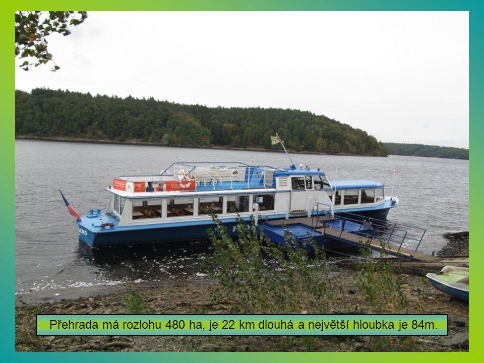Před nástupem na loď Horácko na dalešické přehradě.