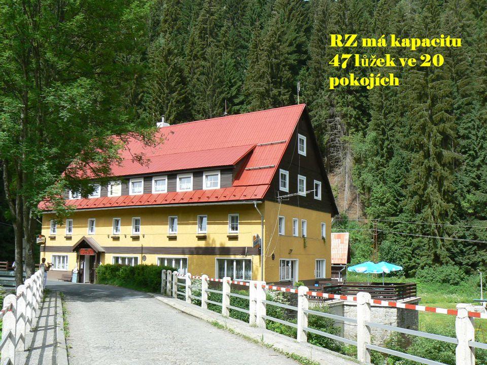V penzionu je 20 dvou až čtyřlůžkových pokojů s teplou a studenou vodou na pokojích.