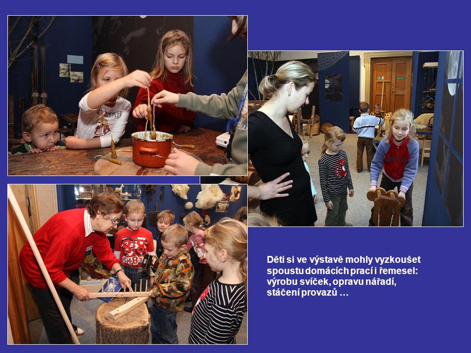 Děti si ve výstavě mohly vyzkoušet spoustu domácích prací i řemesel: výrobu svíček, opravu nářadí, stáčení provazů …