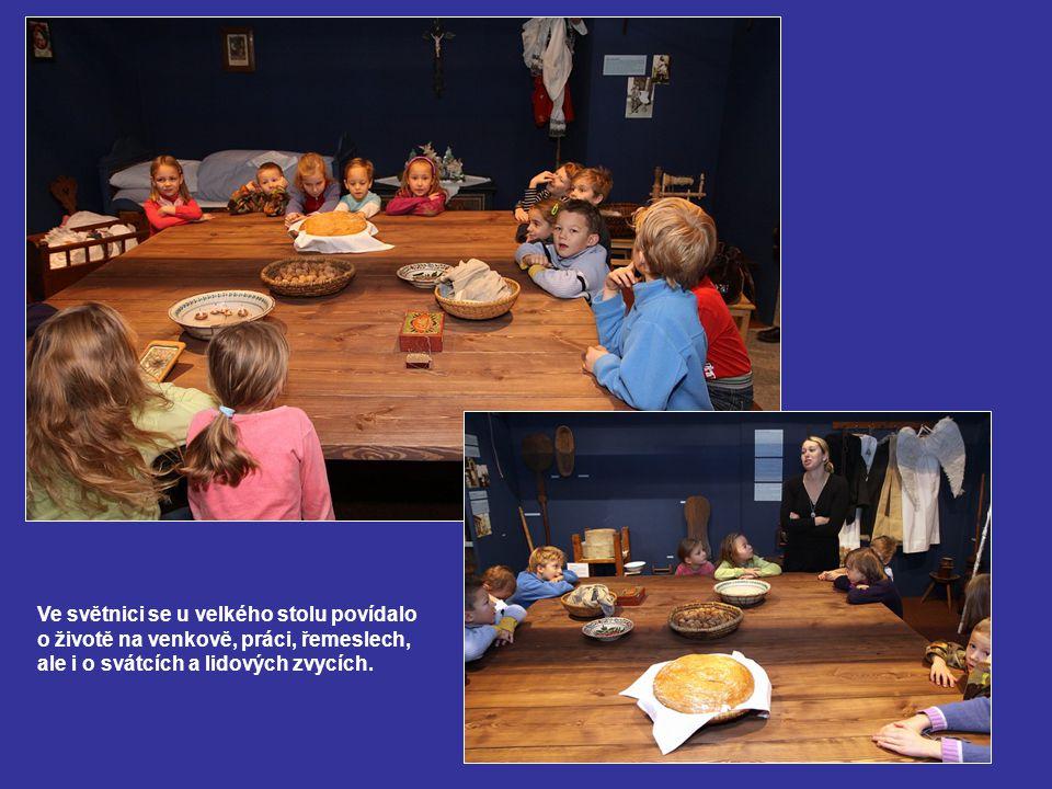 Ve světnici se u velkého stolu povídalo o životě na venkově, práci, řemeslech, ale i o svátcích a lidových zvycích.