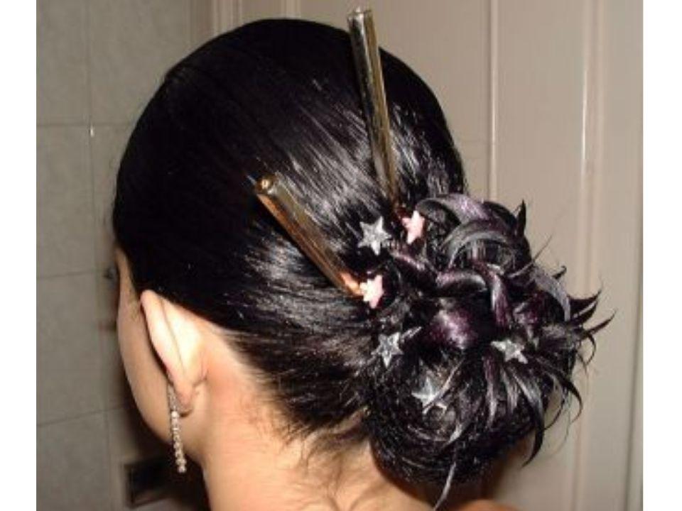 Středně dlouhé vlasy • Nabízí se více možností • Z této délky je možné vytvořit falešný drdol • Vyfoukat vlasy do žádaného účesu • Vytvoření složitějšího drdolu se může použít pramínky vlasů, které se připlétají k vlasům.