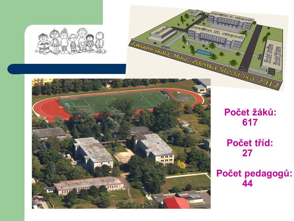 nové školní hřiště dětský koutek na hřišti budova I.stupně interier šaten
