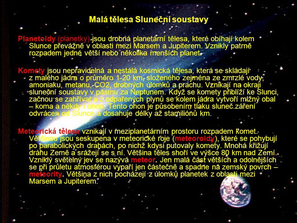 Malá tělesa Sluneční soustavy Planetoidy (planetky) jsou drobná planetární tělesa, které obíhají kolem Slunce převážně v oblasti mezi Marsem a Jupiterem.