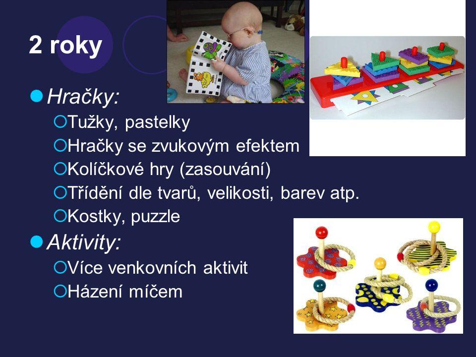 2 roky  Hračky:  Tužky, pastelky  Hračky se zvukovým efektem  Kolíčkové hry (zasouvání)  Třídění dle tvarů, velikosti, barev atp.