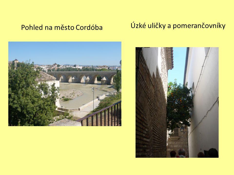 Pohled na město Cordóba Úzké uličky a pomerančovníky