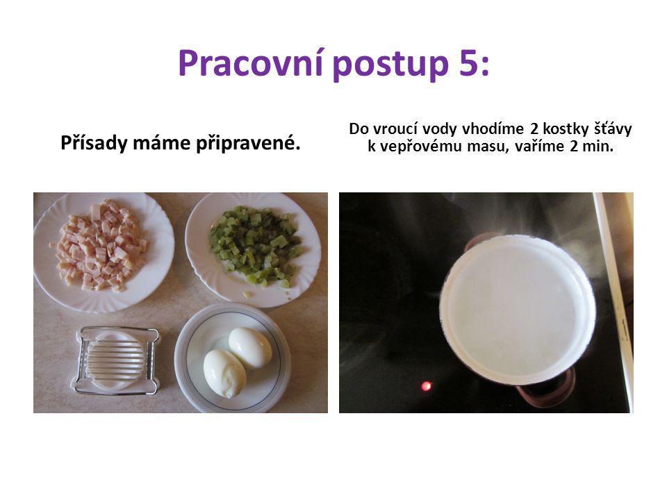 Pracovní postup 5: Přísady máme připravené. Do vroucí vody vhodíme 2 kostky šťávy k vepřovému masu, vaříme 2 min.