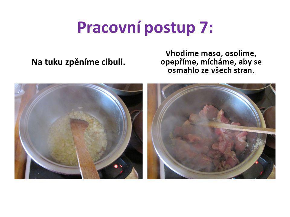 Pracovní postup 7: Na tuku zpěníme cibuli. Vhodíme maso, osolíme, opepříme, mícháme, aby se osmahlo ze všech stran.