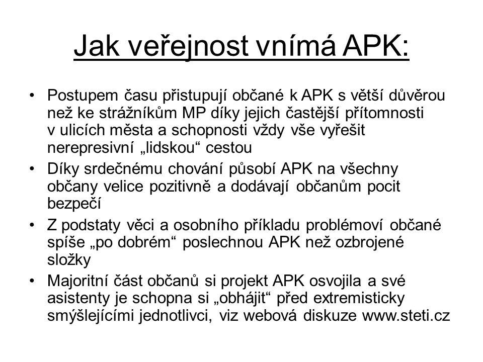 """Jak veřejnost vnímá APK: •Postupem času přistupují občané k APK s větší důvěrou než ke strážníkům MP díky jejich častější přítomnosti v ulicích města a schopnosti vždy vše vyřešit nerepresivní """"lidskou cestou •Díky srdečnému chování působí APK na všechny občany velice pozitivně a dodávají občanům pocit bezpečí •Z podstaty věci a osobního příkladu problémoví občané spíše """"po dobrém poslechnou APK než ozbrojené složky •Majoritní část občanů si projekt APK osvojila a své asistenty je schopna si """"obhájit před extremisticky smýšlejícími jednotlivci, viz webová diskuze www.steti.cz"""