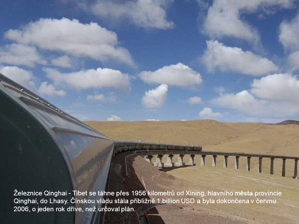 Železnice Qinghai - Tibet se táhne přes 1956 kilometrů od Xining, hlavního města provincie Qinghai, do Lhasy. Čínskou vládu stála přibližně 1 billion