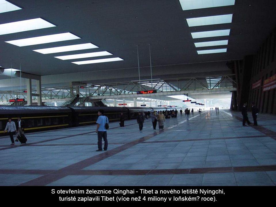 S otevřením železnice Qinghai - Tibet a nového letiště Nyingchi, turisté zaplavili Tibet (více než 4 miliony v loňském? roce).