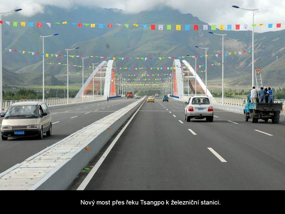 Nový most přes řeku Tsangpo k železniční stanici.