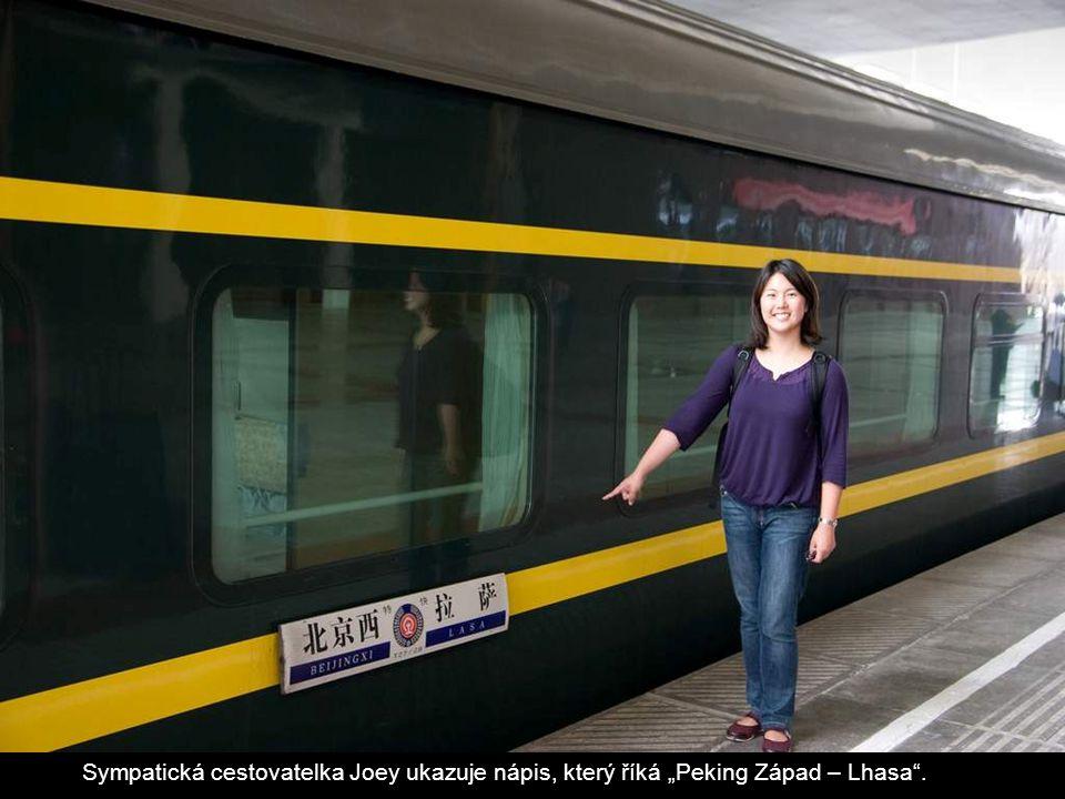 """Sympatická cestovatelka Joey ukazuje nápis, který říká """"Peking Západ – Lhasa""""."""