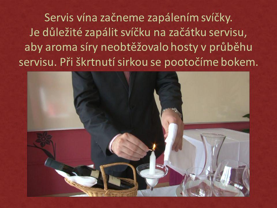 Servis vína začneme zapálením svíčky.