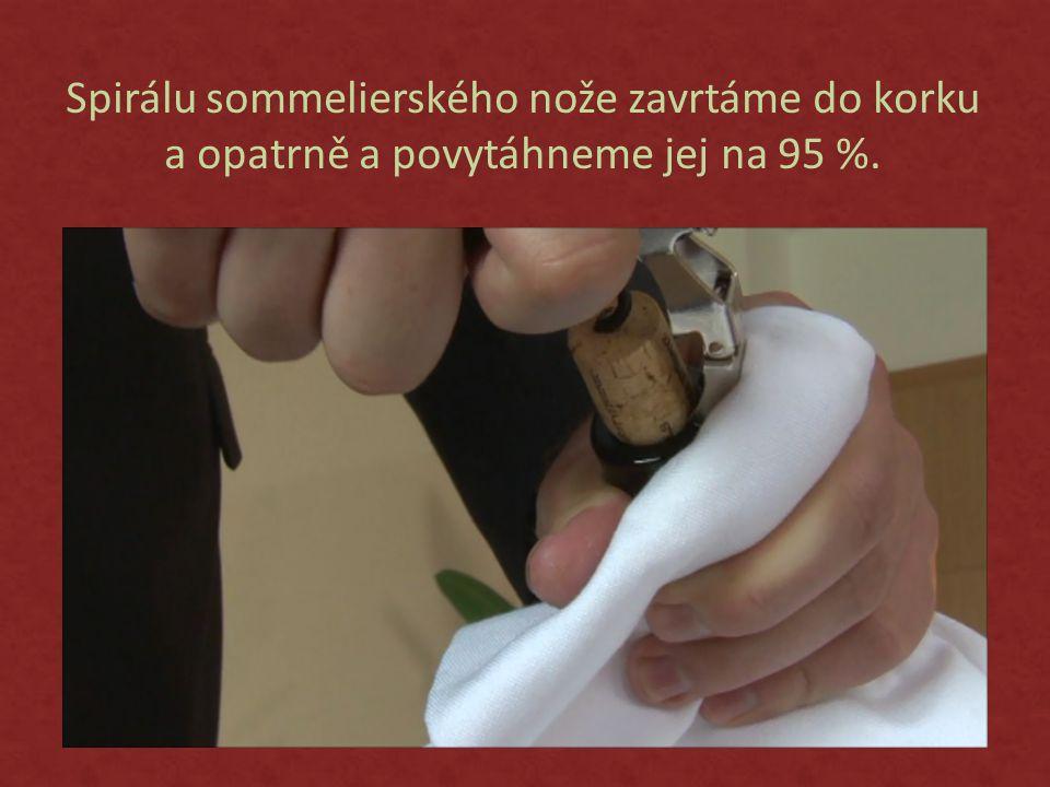 Spirálu sommelierského nože zavrtáme do korku a opatrně a povytáhneme jej na 95 %.