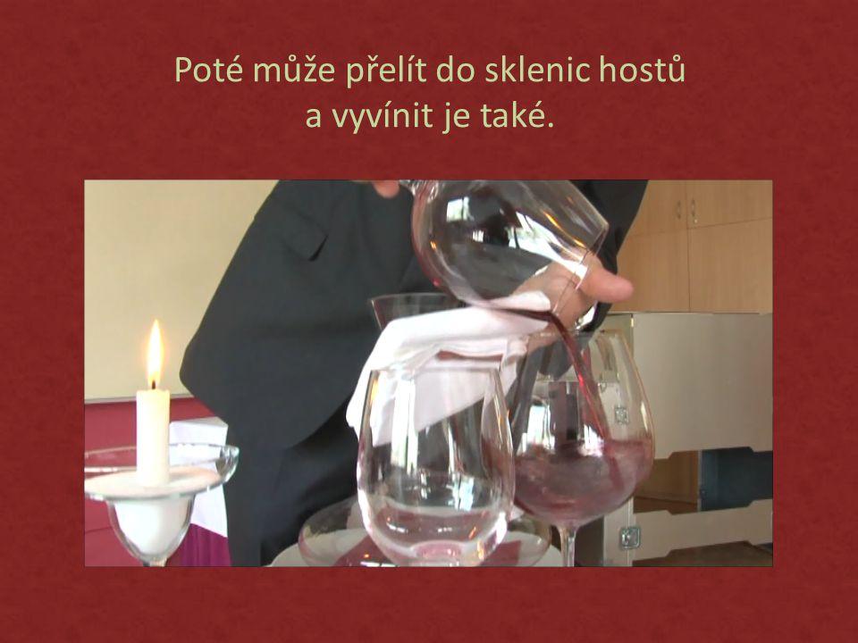 Poté může přelít do sklenic hostů a vyvínit je také.