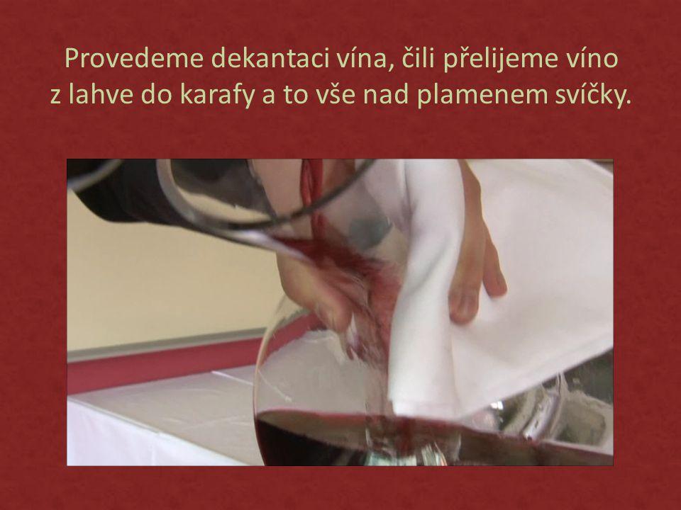 Provedeme dekantaci vína, čili přelijeme víno z lahve do karafy a to vše nad plamenem svíčky.
