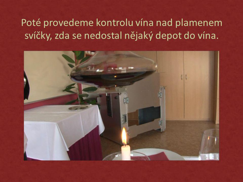 Poté provedeme kontrolu vína nad plamenem svíčky, zda se nedostal nějaký depot do vína.