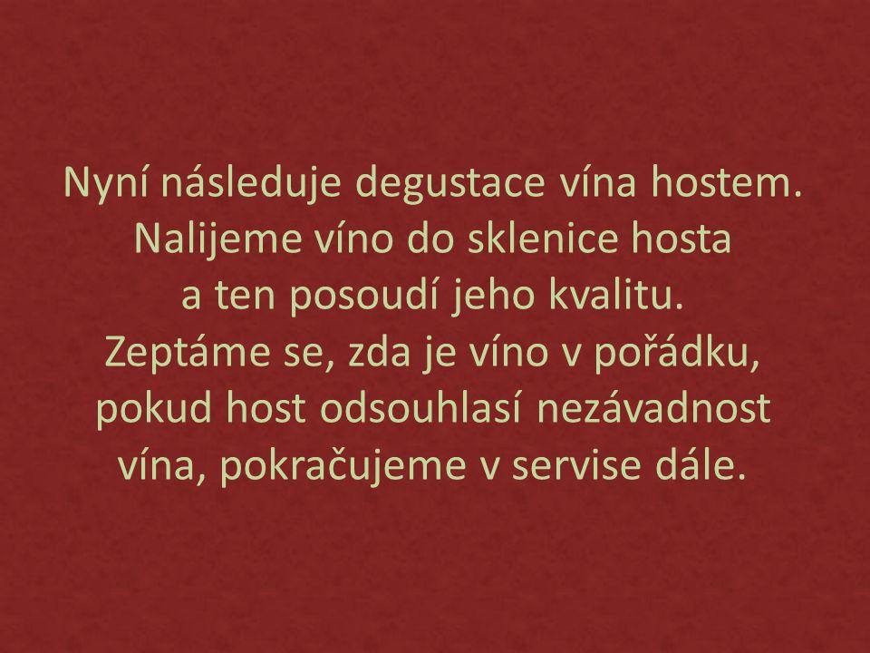 Nyní následuje degustace vína hostem.Nalijeme víno do sklenice hosta a ten posoudí jeho kvalitu.
