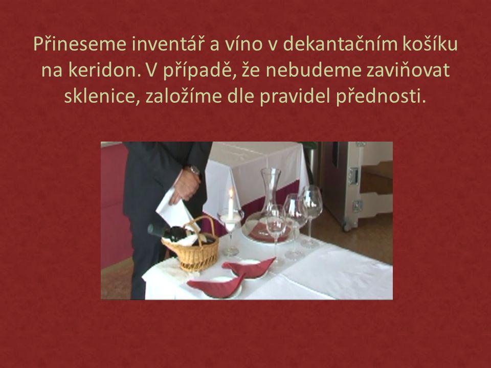 Přineseme inventář a víno v dekantačním košíku na keridon.
