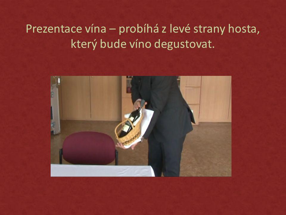 Prezentace vína – probíhá z levé strany hosta, který bude víno degustovat.