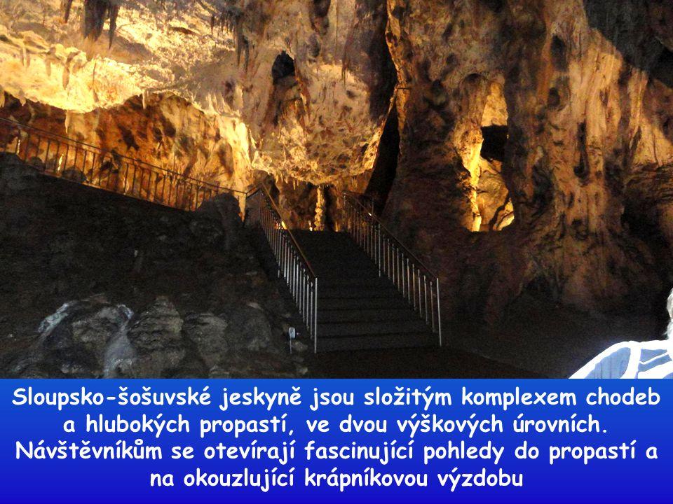 """Přátelé, pod praporem """"SENIOR KLUBU"""" odchází do jeskyní"""