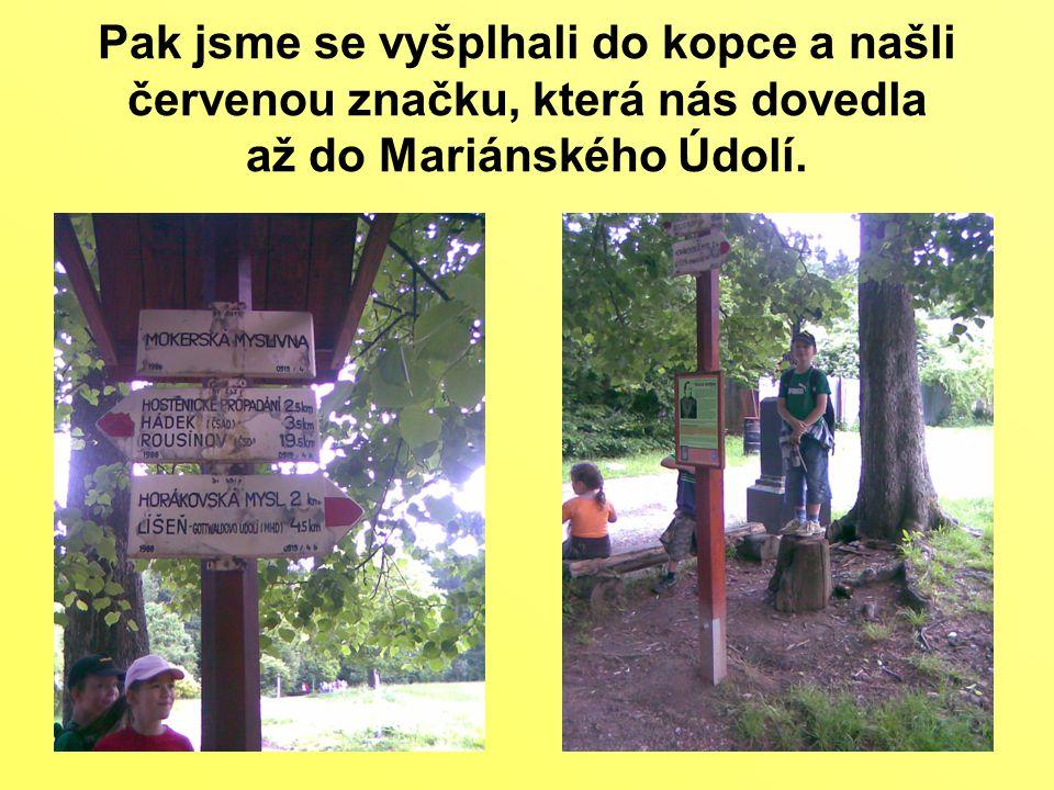 Pak jsme se vyšplhali do kopce a našli červenou značku, která nás dovedla až do Mariánského Údolí.