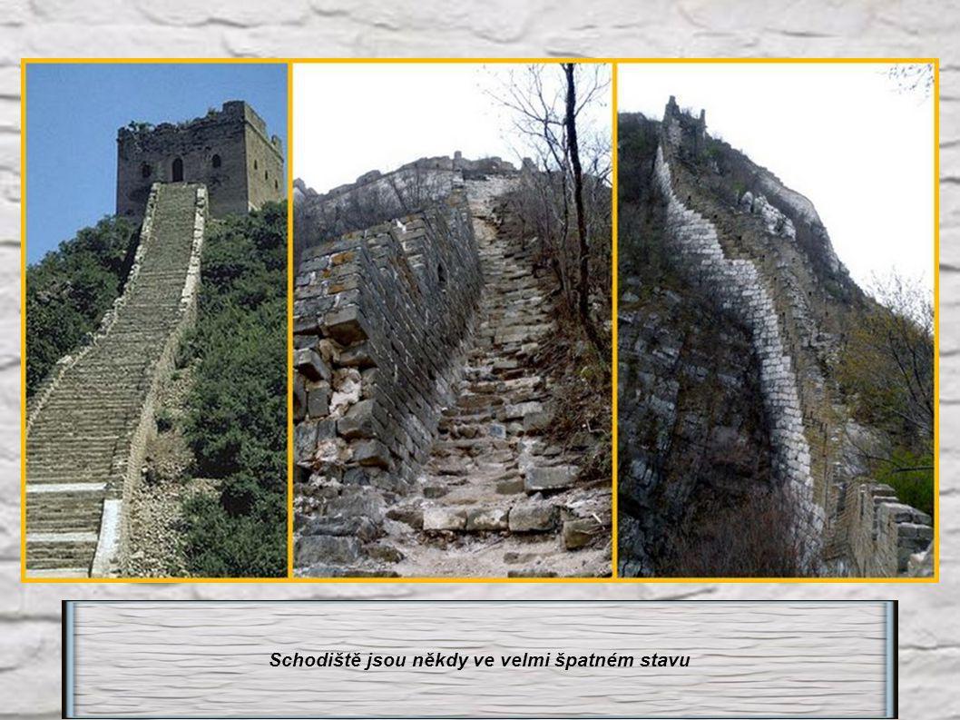 Velká čínská zeď : Nekonečná schodiště a nekonečné kroky.