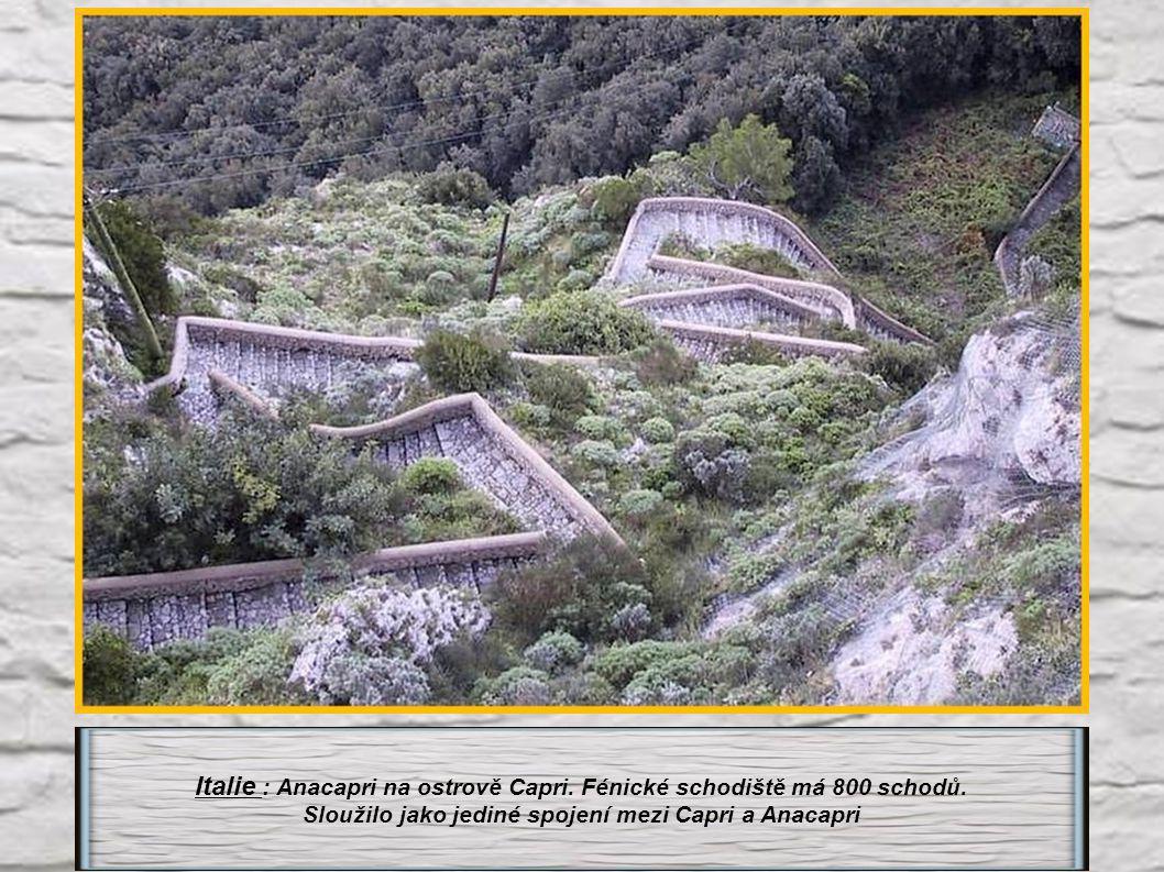 Italie : Anacapri na ostrově Capri.Fénické schodiště má 800 schodů.