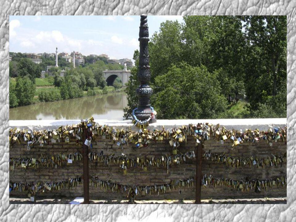Z Itálie se jako lavina rozšířil tento zvyk do celé Evropy. Moccio si vybral pro jednu z ústředních scén svého románu historicky slavný most a to se t