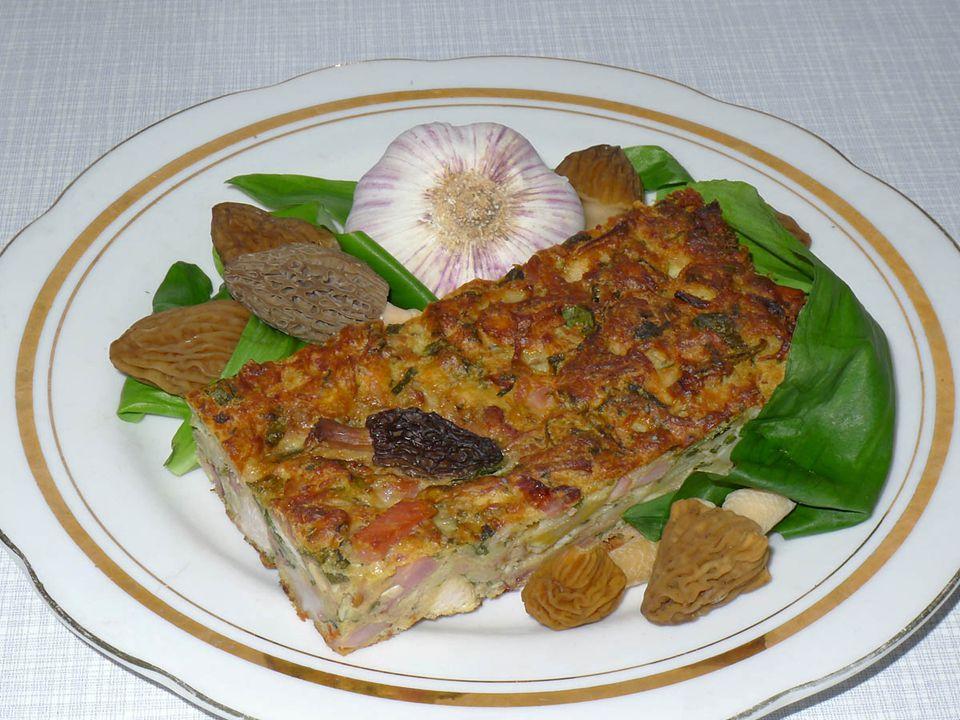 Houbařova velikonoční nádivka Suroviny: Houby tou dobou rostoucí (smrže a kačenky), rohlíky, vejce, cibule, česnek, slanina, oříšek uzeného a kousek kuřecího, čerstvé kuchyňské bylinky (kopřivy, pažitka, medvědí česnek), sůl, mletý černý pepř, muškátový květ Postup: Obě masa osolte a uvařte, scezeným vývarem pokropte pokrájené rohlíky.